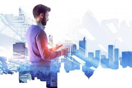 Photo pour Homme d'affaires dans l'intérieur de bureau moderne avec hologramme de croquis d'affaires abstrait. Concept de réussite et de gestion. Double exposition - image libre de droit