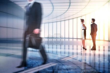 Foto de Empresarios caminando en el fondo abstracto de la oficina de la ciudad. Trabajo en equipo y concepto de asociación. Doble exposición - Imagen libre de derechos