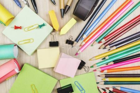 Ordinateur de bureau avec coloré fournitures