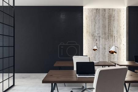 Photo pour Intérieur de bureau contemporain avec espace pour ordinateur portable et copie sur le mur. Mock up, rendu 3d - image libre de droit