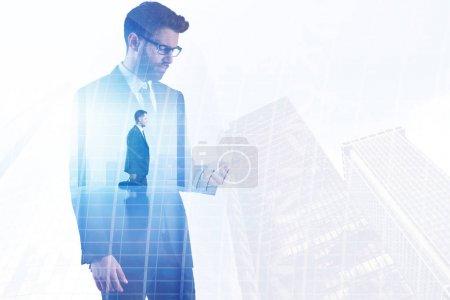 Foto de Empresario sobre fondo abstracto de la oficina de la ciudad. Concepto de éxito y comunicación. Doble exposición - Imagen libre de derechos