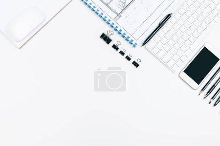 Photo pour Vue de dessus de bureau blanc avec croquis architectural, fournitures et autres articles. Concept de plan directeur et du lieu de travail. Maquette - image libre de droit