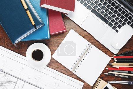 Foto de Vista superior del escritorio de oficina moderno con suministros, taza de café, computadora teclado y copia. Concepto diseño y ocupación. Mock up - Imagen libre de derechos