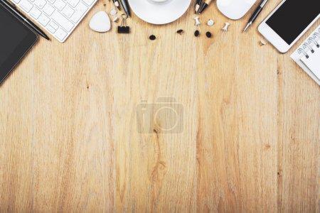 Photo pour Vue de dessus de bureau en bois moderne avec les fournitures et l'espace de la copie. Concept design et lieu de travail. Maquette - image libre de droit