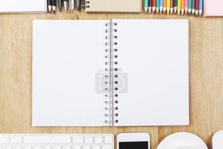 Photo pour Vue de dessus de table de bureau en bois avec les fournitures et l'espace de la copie. Concept design et lieu de travail. Maquette - image libre de droit