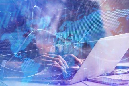 Photo pour Mains en utilisant un ordinateur portable avec graphique forex abstrait. Technologie, finance et concept commercial. Double exposition - image libre de droit