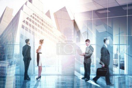 Foto de Empresarios en sala de conferencias abstracta interior con vista a la ciudad. Reunión, discusión y trabajo en equipo. Doble exposición - Imagen libre de derechos