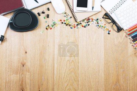Foto de Vista superior y primer plano de la mesa de oficina de madera marrón con teléfono inteligente, suministros y otros objetos. Prepárate. - Imagen libre de derechos