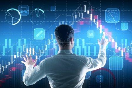 Photo pour Concept de commerce et d'investissement. Jeune homme d'affaires réfléchi sur fond de graphique forex abstrait - image libre de droit