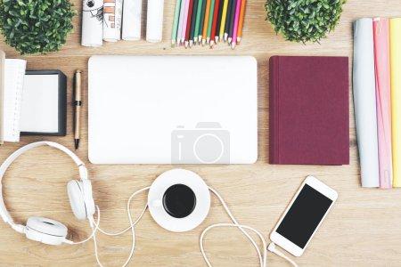 Photo pour Vue de dessus et bouchent de table bureau en bois clair avec le smartphone, de fournitures et d'autres objets. Maquette - image libre de droit