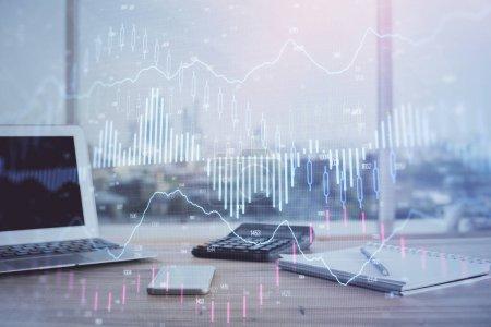 Photo pour Forex Graphique hologramme sur la table avec fond d'ordinateur. Double exposition. Concept de marchés financiers. - image libre de droit