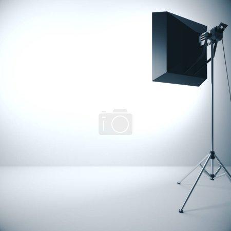 Photo pour Mur vide éclairé avec un équipement d'éclairage professionnel. Maquette, rendu 3D - image libre de droit