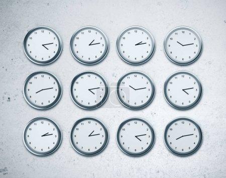 Photo pour Beaucoup d'horloges murales montrant le temps dans différentes capitales du monde. Concept de fuseaux horaires. rendu 3D - image libre de droit