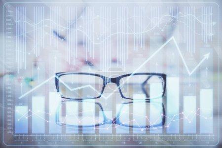 Photo pour Prendre des notes à la main dans le bloc-notes. Hologrammes de diagramme de Forex devant. Concept de recherche. surimpression - image libre de droit
