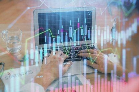 Photo pour Multi exposition du diagramme de marché avec l'homme travaillant sur l'ordinateur sur l'arrière-plan. Concept d'analyse financière. - image libre de droit