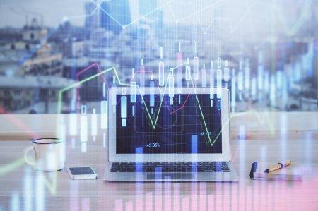 Photo pour Hologramme de graphique de marché financier et ordinateur personnel sur l'arrière-plan. Multi exposition. Concept de forex. - image libre de droit