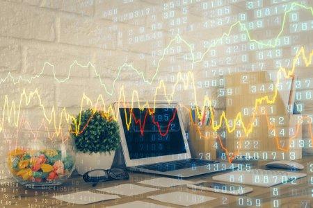 Photo pour Dessin et table colorés de graphique financier avec l'ordinateur sur le fond. surimpression. Concept de marchés internationaux. - image libre de droit