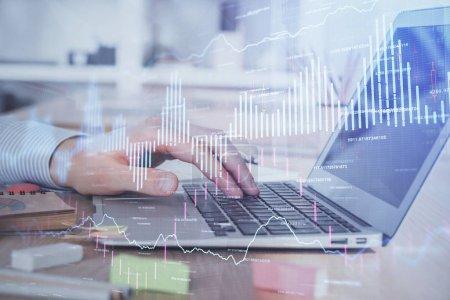 Photo pour Double exposition du graphique boursier avec l'homme travaillant sur ordinateur portable en arrière-plan. Concept d'analyse financière . - image libre de droit