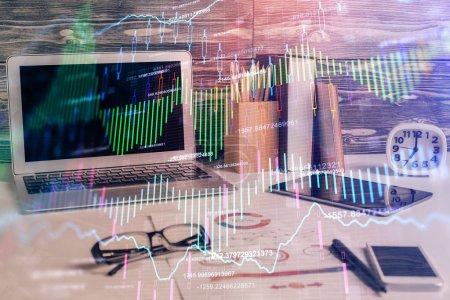 Photo pour Double exposition du graphique et de l'information financière et de l'espace de travail avec fond d'ordinateur. Concept de trading en ligne international. - image libre de droit
