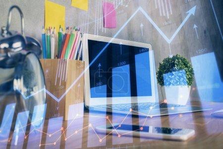 Photo pour Multi exposition du graphique forex et de l'espace de travail avec ordinateur. Concept de trading en ligne international. - image libre de droit