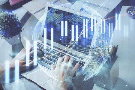 Photo pour Double exposition de l'homme d'affaires avec l'ordinateur portatif et le diagramme de forex de marché boursier. - image libre de droit