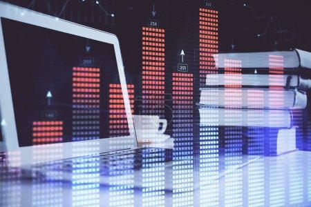 Photo pour Hologramme de diagramme de forex sur la table avec le fond d'ordinateur. surimpression. Concept de marchés financiers. - image libre de droit