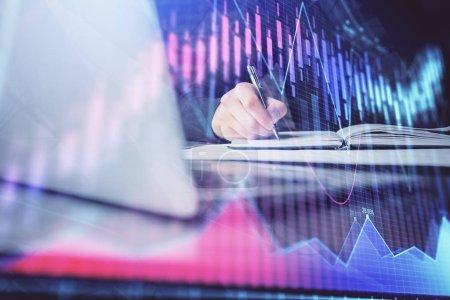 Photo pour Double exposition des mains des hommes d'affaires avec ordinateur portable et fond graphique du marché boursier. Concept de recherche et de trading . - image libre de droit
