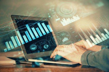 Photo pour Double exposition du graphique de marché boursier avec l'homme travaillant sur l'ordinateur portatif sur le fond. Concept d'analyse financière. - image libre de droit