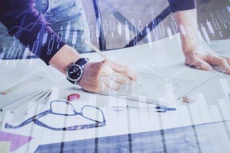 Photo pour Multi exposition de l'homme debout et la planification de l'investissement avec le marché boursier forex graphique fond. Concept de recherche et de négoce. - image libre de droit