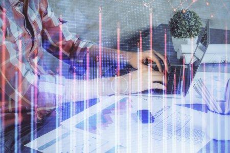 Photo pour Double exposition du graphique de stock avec l'homme d'affaires tapant sur l'ordinateur dans le bureau sur l'arrière-plan. Concept de travail acharné. - image libre de droit