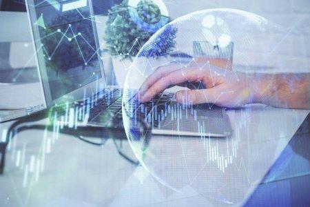 Photo pour Multi exposition du graphique avec l'homme tapant sur l'ordinateur dans le bureau sur l'arrière-plan. Concept de dur labeur. Closeup. - image libre de droit