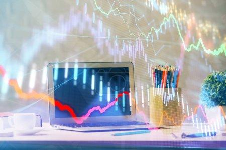 Photo pour Hologramme de diagramme de marché de Forex et fond d'ordinateur personnel. Multi exposition. Concept d'investissement. - image libre de droit