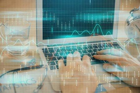 Foto de Multi exposición de la tabla de mercado con el hombre trabajando en la computadora sobre el fondo. Concepto de análisis financiero. - Imagen libre de derechos