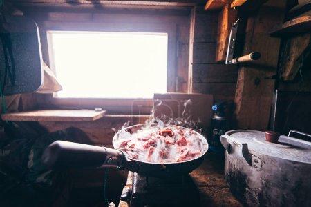 Photo pour Dans un pavillon de chasse dans une poêle à frire viande de cerf rôtie - image libre de droit