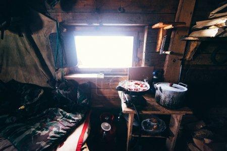 Photo pour Maison de tourisme en bois dans les montagnes avec de la nourriture sur la table - image libre de droit