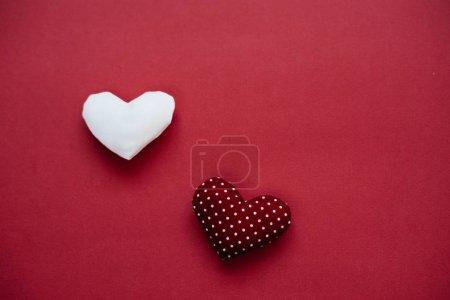 Photo pour Fond de jour de Valentine avec deux coeurs de cadeau d'amour - image libre de droit