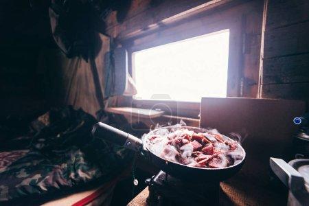 Photo pour Dans la maison d'un forestier dans une poêle à frire viande de cerf fraîche rôtie - image libre de droit