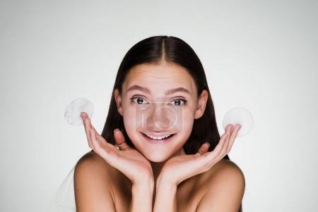 Photo pour Femme heureuse tenant un tampon de coton sur un fond gris - image libre de droit