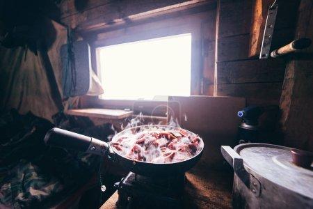 Photo pour Faire frire dans une poêle dans un pavillon de chasse - image libre de droit