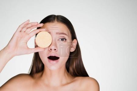 Photo pour Femme frustrée tenant une éponge dans ses mains - image libre de droit