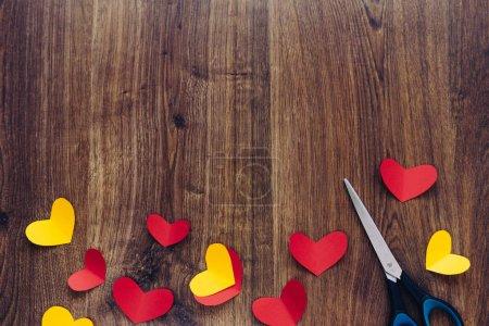 Photo pour Fond Saint-Valentin, coeurs rouges et jaunes sur la texture du bois - image libre de droit