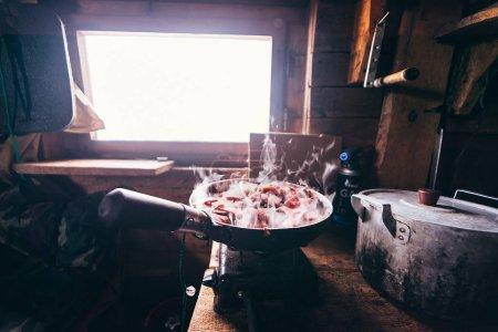 Photo pour Dans la poêle faire frire la viande dans le pavillon de chasse - image libre de droit