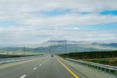 Photo pour Route lisse, autoroute, au pied des montagnes et des collines, nature et paysage enchanteurs - image libre de droit