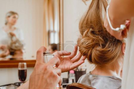 Photo pour Maître styliste rend la coiffure mariée mariage en utilisant la fixation de laque par pulvérisation. Coiffeur au travail. gros plan - image libre de droit