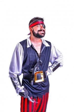 Foto de Retrato de primer plano de sonriendo y bromeando animador en papel de teatro pirata. Emotivo y colorido. Fondo aislado - Imagen libre de derechos