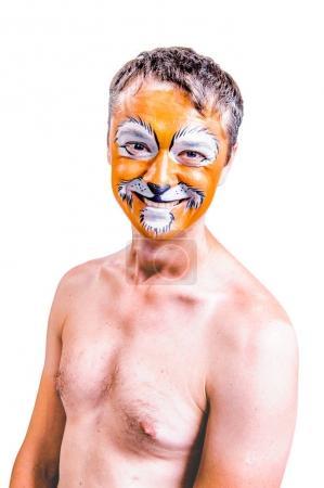 Foto de Retrato de primer plano de sonriendo y bromeando animador en función de teatro de León. Sin traje, topless. Retrato emotivo y colorido. Fondo aislado - Imagen libre de derechos