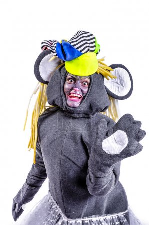 Foto de Retrato de sonriente y bromeando animador en papel teatro - un ratón gris. Emotivo y colorido. Fondo aislado - Imagen libre de derechos