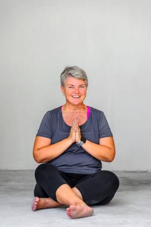 Foto de Estudiantes de yoga con posturas de yoga diferentes - Imagen libre de derechos