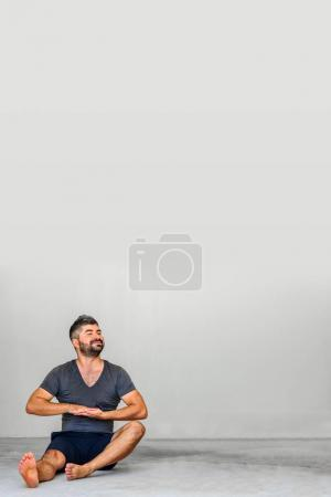 Foto de Concepto de Copyspace. Estudiantes de yoga con posturas de yoga diferentes - Imagen libre de derechos