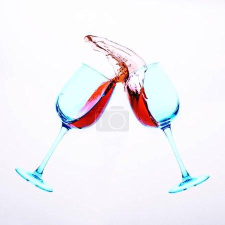 Photo pour Des éclaboussures de liquide dans les verres - image libre de droit